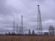 Радиовышки   Ñ Ñ€ÑƒÑ  Ñ высокие в запретной зоне на радиостанции стоковые изображения