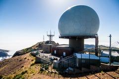 Радиолокатор североатлантической организации договора около саммита Pico сделать Arieiro третья самая высокая гора на Мадейре, fa стоковое изображение
