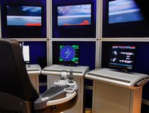 Радиолокатор экранов консоли управлением корабля современный стоковая фотография