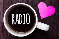 Радио текста почерка Радиотехническая аппаратура смысла концепции используемая для слушать к программам передачей показывает кофе стоковая фотография