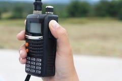 радио Walkie-talkie в руке Стоковые Изображения RF