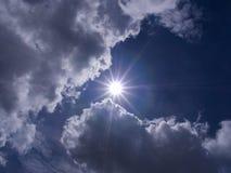 Радиус Солнця пункт в небе стоковые фото