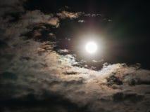 Радиус Солнця сияющий, окруженный серыми облаками стоковое фото rf