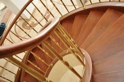 Радиус спирали лестницы сверху необыкновенный взгляд стоковое изображение rf
