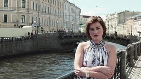 Радостная девушка в запятнанном платье поет вдоль портового района в старом центре города видеоматериал