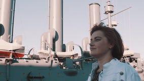 Радостная девушка в платье лета идя перед старым музеем линкора видеоматериал