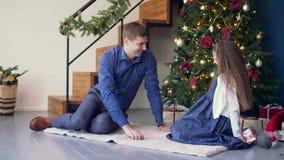 Радостная дочь давая подарок рождества для того чтобы быть отцом акции видеоматериалы