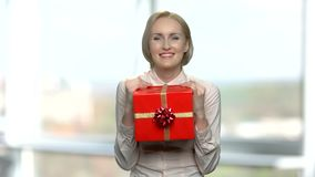 Радостная женщина с красной подарочной коробкой видеоматериал