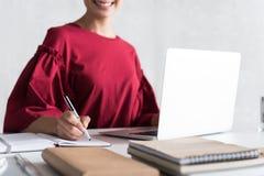 Радостная завораживающая девушка работает в офисе Стоковые Изображения
