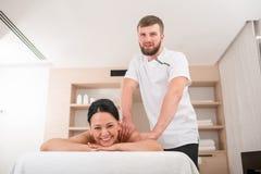 Радостная зрелая женщина ослабляя на курорте Стоковые Изображения RF