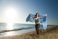 радостная идущая женщина берега моря Стоковая Фотография RF