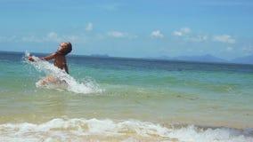 Радостная молодая женщина в бикини бежать вдоль экзотического заплывания пляжа в море на солнечный летний день движение медленное видеоматериал