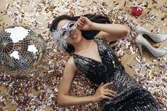 Радостная молодая женщина на партии стоковые изображения
