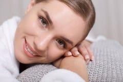 Радостная молодая женщина отдыхая в центре красоты Стоковое Изображение RF
