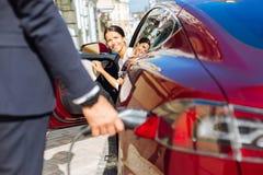 Радостная положительная коммерсантка смотря ее деловой партнера Стоковые Фото