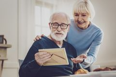 Радостная постаретая женщина указывая на фото стоковое фото