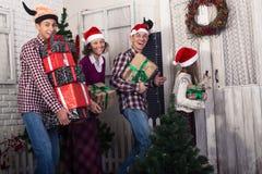 Радостная семья идет на посещение для рождества Стоковые Изображения RF