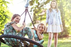Радостная семья имея потеху на спортивной площадке стоковое фото rf