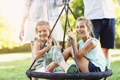 Радостная семья имея потеху на спортивной площадке стоковые изображения rf