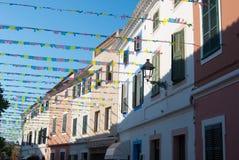 Радостная улица города El Mercadal испанского острова стоковые фото