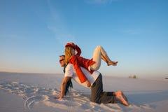 Радостная шальная пара путешественников околпачивает вокруг и имеет потеху в des Стоковые Фото