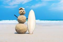 радостное песочное человек белого песка на чистом пляже  Стоковые Изображения RF