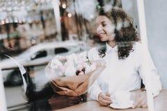 радостно Чернокожий человек дата девушка Кафе Цветы стоковые изображения