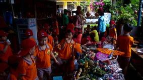 Радостные азиатские школьники смотрят глиняные горшки в магазине гончарни сток-видео