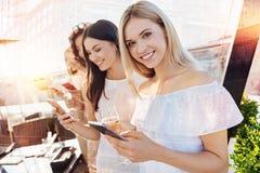 Радостные женщины держа их телефоны Стоковые Изображения