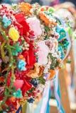 Радостные красочные аксессуары волос вися на счетчике на ярмарке улицы конец вверх Селективный фокус стоковые изображения