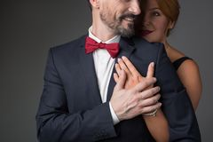 Радостные любящие пары обнимая с мягкостью Стоковая Фотография