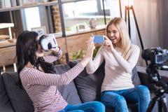 Радостные молодые женщины имея потеху совместно Стоковое фото RF