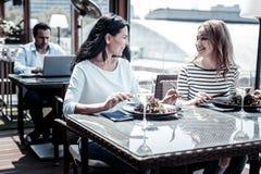 Радостные молодые женщины смотря один другого Стоковые Изображения