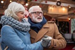 Радостные мужские и женские пенсионеры имея потеху внешнюю стоковая фотография rf