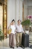 Радостные пары в зале гостиницы стоковые изображения rf