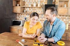Радостные пары задумчивости всматриваясь ногти Стоковые Изображения