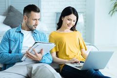 Радостные пары работая совместно дома Стоковые Фото
