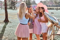 Радостные подруги сфотографированы совместно на партии пикника внешней Сцена праздновать день рождения на внешнем стоковое фото