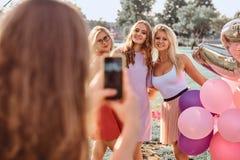 Радостные подруги сфотографированы совместно на партии пикника внешней Сцена праздновать день рождения на внешнем стоковые фотографии rf