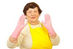 Радостные пожилые люди показывая руки в перчатках Стоковые Изображения RF