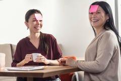 Радостные положительные женщины имея потеху совместно Стоковые Изображения