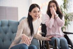 Радостные 2 сестры ослабляя Стоковое Фото