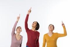 Радостные славные женщины держа их оружия вверх Стоковое Фото