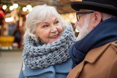 Радостные старшие пары имея прогулку в городе стоковое изображение