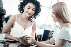 Радостные счастливые женщины говоря друг к другу Стоковые Фотографии RF