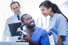 Радостные умные доктора работая в команде Стоковые Фотографии RF