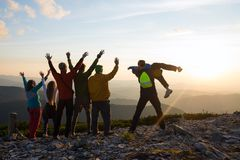 Радостные hikers, друзья с открытыми оружиями стоят на верхней части Стоковое Изображение RF