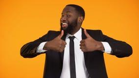 Радостный Афро-американский бизнесмен показывая большие пальцы руки-вверх, предложение приносящее деьги сток-видео