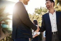 Радостный бизнесмен тряся руки с деловым партнером Стоковое Изображение