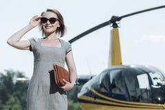 Радостный женский главный исполнительный директор быть готовый для езды вертолета стоковое фото